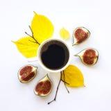 明亮的早晨咖啡用无花果结果实 秋天栗子装饰葡萄10月石榴木头 平的位置,顶视图 免版税库存图片