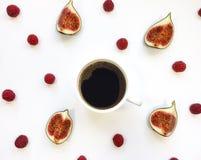 明亮的早晨咖啡用无花果结果实 秋天栗子装饰葡萄10月石榴木头 平的位置,顶视图 图库摄影