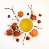 明亮的早晨茶用无花果结果实 秋天栗子装饰葡萄10月石榴木头 平的位置,顶视图 图库摄影