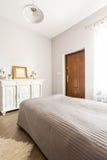 明亮的时髦的卧室 库存照片