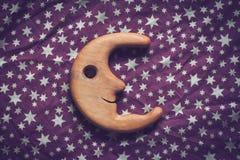 明亮的星和微笑的木月亮 图库摄影