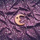 明亮的星和微笑的木月亮 免版税库存图片