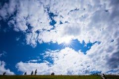 明亮的星期日 天空 云彩 carpathians 山 星期日 免版税图库摄影