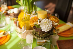 明亮的春天桌设置 免版税库存照片