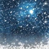 明亮的月亮在多雪的风景背景中  免版税库存照片