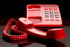 明亮的服务台红色电话 库存照片