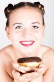 明亮的构成的女孩吃与结冰的一个鲜美多福饼 有甜点的滑稽的快乐的妇女,点心 在背景空白弓概念节食的显示评定编号附近自己的缩放比例磁带文本附加的空白视窗包裹了您 旧货 库存照片