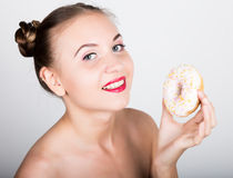 明亮的构成的女孩吃与结冰的一个鲜美多福饼 有甜点的滑稽的快乐的妇女,点心 在背景空白弓概念节食的显示评定编号附近自己的缩放比例磁带文本附加的空白视窗包裹了您 旧货 免版税库存照片