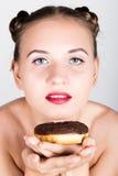 明亮的构成的女孩吃与结冰的一个鲜美多福饼 有甜点的滑稽的快乐的妇女,点心 在背景空白弓概念节食的显示评定编号附近自己的缩放比例磁带文本附加的空白视窗包裹了您 旧货 库存图片