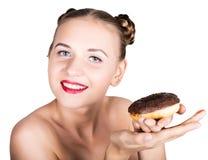 明亮的构成的女孩吃与结冰的一个鲜美多福饼 有甜点的滑稽的快乐的妇女,点心 在背景空白弓概念节食的显示评定编号附近自己的缩放比例磁带文本附加的空白视窗包裹了您 旧货 免版税库存图片