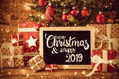 明亮的树、礼物,书法圣诞快乐和一愉快2019年 免版税库存图片