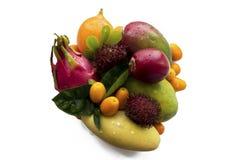 明亮的橙色蜜桔柑桔整个和剥皮与在粗麻布背景的外皮 普通话或柑桔桔子,黑暗 免版税库存图片