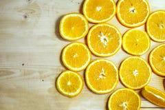 明亮的橙色水多的桔子切开了成圈子 免版税库存照片