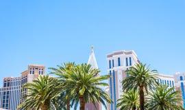 明亮的欢乐赌博娱乐场和旅馆大厦在拉斯维加斯 在小条街道,拉斯维加斯,内华达上的大厦 免版税库存图片