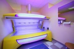 明亮的欧洲日光浴室内部  免版税库存图片