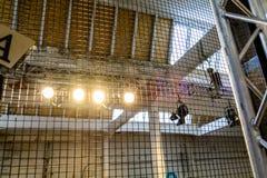明亮的泛光灯附有一个钢制框架 水平的看法  图库摄影