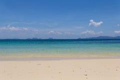 明亮的海滩和海 免版税图库摄影
