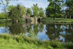 明亮的湖和洞穴5月 库存图片