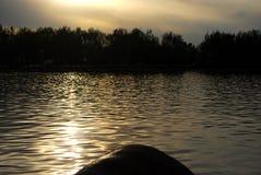 明亮的湖在黑暗的背景中 库存图片