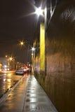 明亮的湿城市边路和街道在晚上 免版税库存照片