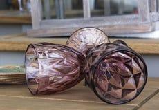 明亮的玻璃关闭  洗礼 在欢乐桌设置的玻璃 婚礼桌装饰概念 在经典styl的表设置 免版税库存图片