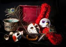 明亮的瓷面具红色手提箱孔雀羽毛 免版税库存照片