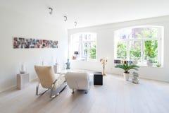 明亮的生活的现代内部和放松室 免版税库存照片