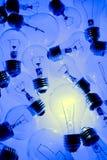 明亮的电灯泡一 库存照片