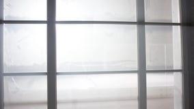 明亮的白光窗口外 聚光灯窗口外 半开窗口有对外部一半的看法 免版税库存图片