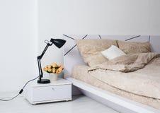 明亮的白色卧室 库存照片