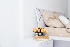 明亮的白色卧室 图库摄影