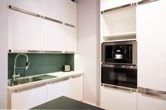 明亮的白色厨房内部 库存图片