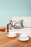 明亮的白色家具在客厅 免版税库存照片