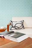 明亮的白色家具在客厅 免版税库存图片