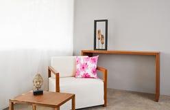 明亮的白色沙发位子 免版税库存图片