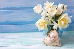 明亮的白色黄水仙和郁金香花在蓝色花瓶和deco 免版税库存照片