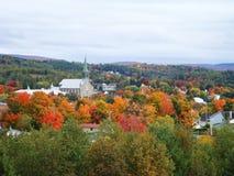 明亮的秋天叶子包围的小村庄教会在魁北克 库存照片