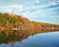 明亮的秋天在海湾Mountain湖上色反射在Kingsport,田纳西 图库摄影