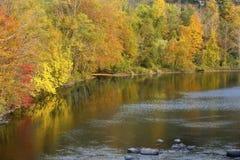 明亮的秋天颜色在法明顿河,小行政区, Conn反射 库存照片