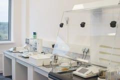 明亮的空的办公室在一个科学医学实验室装备现代测量器材和特别设备 免版税库存照片