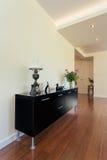 明亮的空间-客厅碗柜 库存图片