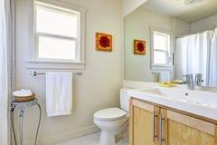 明亮的简单的卫生间 库存照片