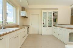 明亮的精美厨房 图库摄影