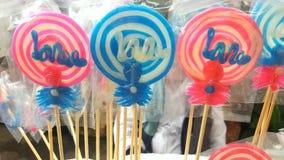 明亮的糖果颜色心满意足的棍子糖甜点 图库摄影