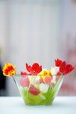 明亮的红色和橙色郁金香花束 免版税库存照片