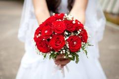 明亮的红色新娘花束 免版税库存图片