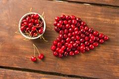明亮的红色新近地被采摘的早期的甜樱桃 库存图片