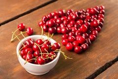 明亮的红色新近地被采摘的早期的甜樱桃 库存照片