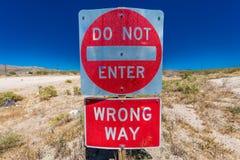 明亮的红色标志警告司机不在沙漠送进这条车道高速公路,跨境15,在拉斯维加斯外面-警告-错误W 库存图片