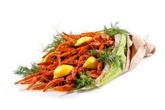 明亮的红色花束煮沸了小龙虾用莳萝和柠檬在白色背景 免版税库存照片